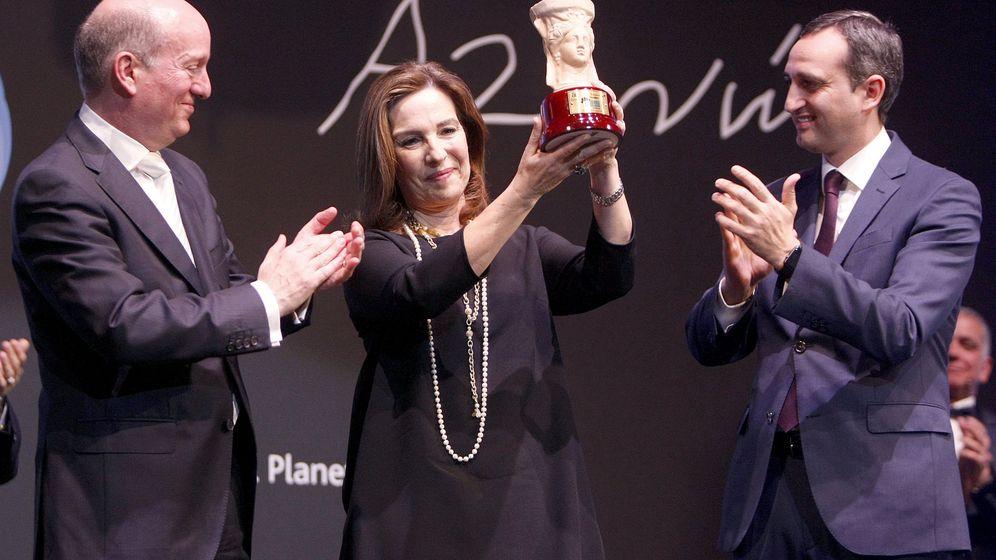 Foto: La escritora Reyes Calderón recibe el premio. (EFE)
