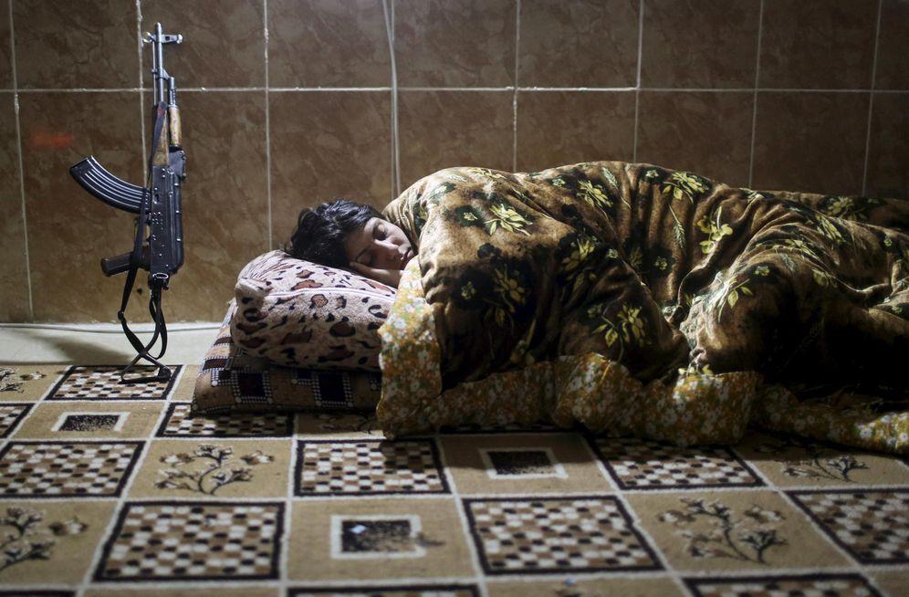 Foto: Una miliciana kurda del PKK duerme en una base de Sinjar (Reuters).