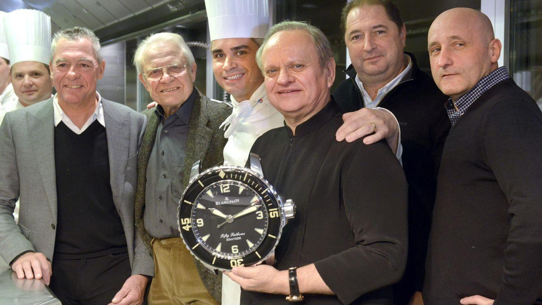 Foto: Benoit Voilier, en el centro, posando en la cocina del Hôtel de Ville en Suiza. (Efe/Christian Brun)