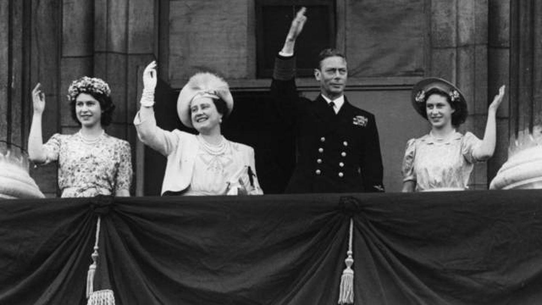 La familia real británica saluda desde el balcón. (Getty)