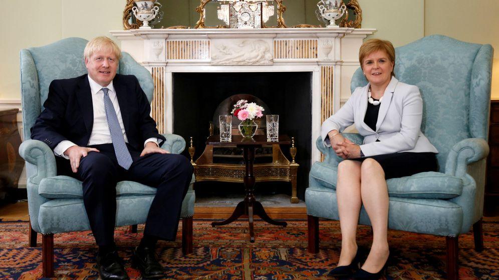Foto: El primer ministro británico, Boris Johnson, junto a la ministra principal de Escocia, Nicola Sturgeon. (Reuters)