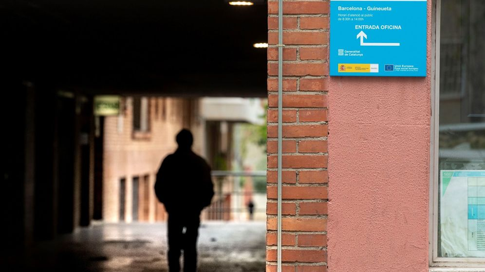 Foto: Un hombre camina junto a una oficina de empleo en Barcelona. (Efe)