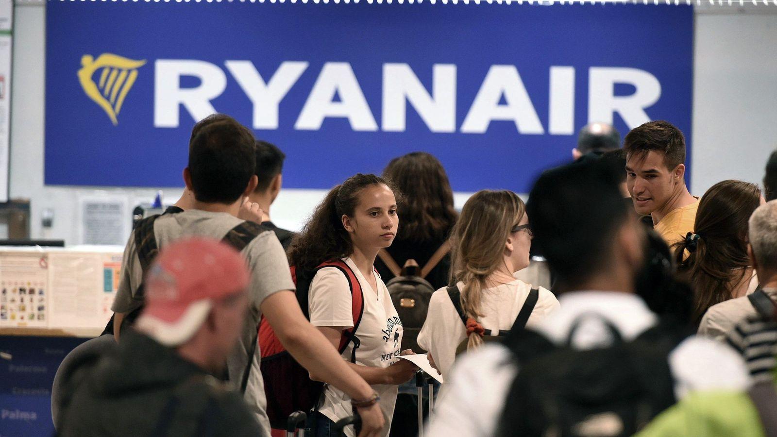 Foto: Usuarios de la aerolínea Ryanair esperan en los mostradores de facturación de la aerolínea de la Terminal 1 del aeropuerto Adolfo Suárez Madrid-Barajas. (EFE)
