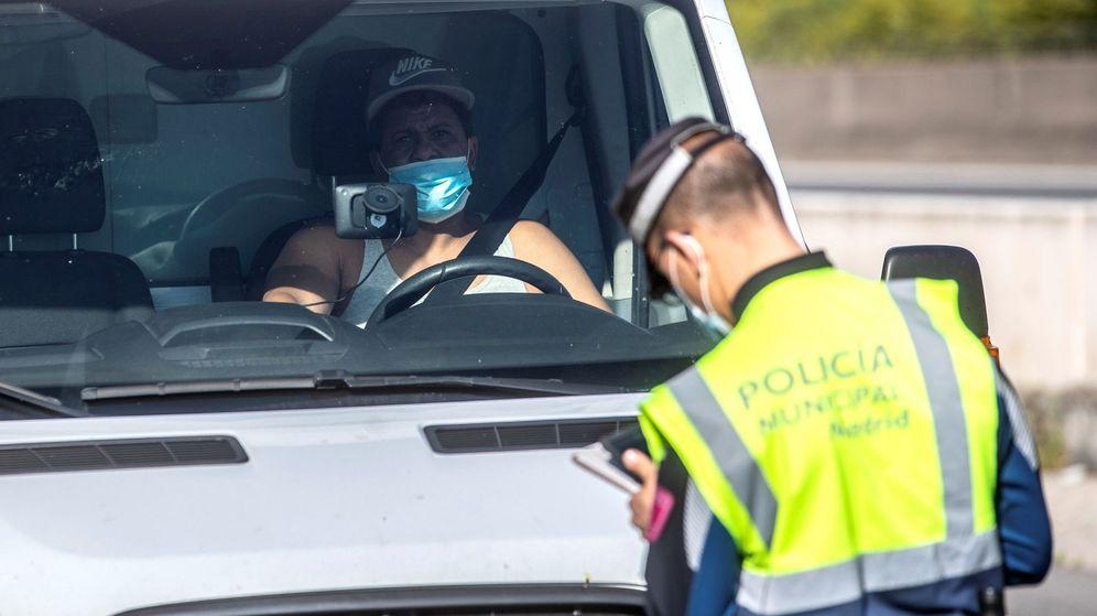 Foto: Control de carretera en Madrid, durante la pasada Semana Santa, para evitar la entonces prohibida huida a segundas residencias. (EFE)