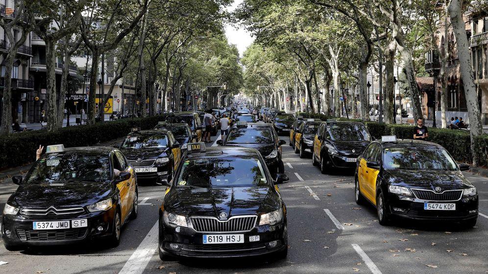 Foto: Los taxistas cortan la Gran Vía de Barcelona tras pasar la noche en el lugar. (EFE)
