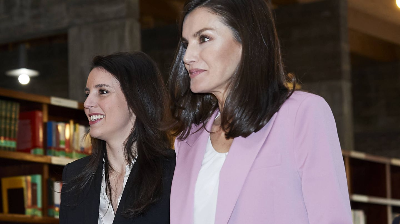 Irene Montero, junto a la reina Letizia. (Getty)