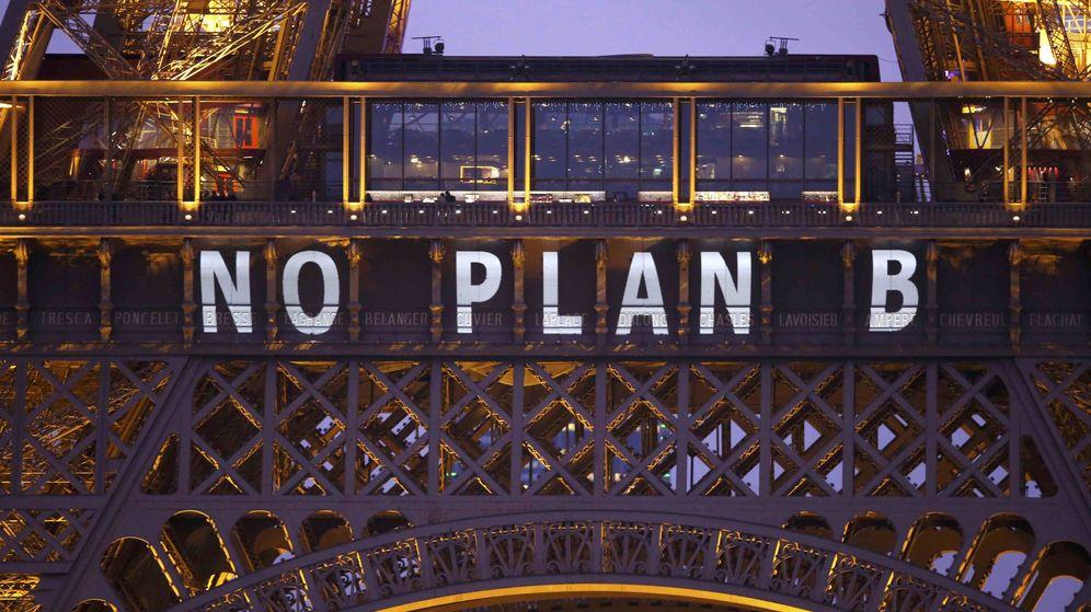 Foto: Uno de los eslóganes que ha mostrado la Torre Eiffel durante la Cumbre del Clima (Reuters)