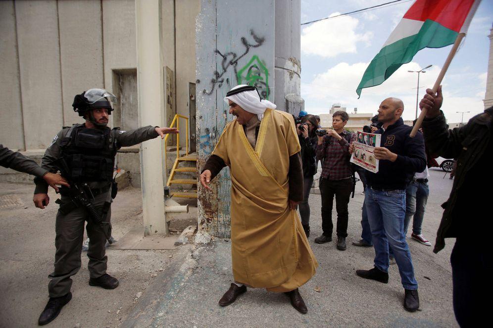 Foto: Manifestantes palestinos discuten con un policía israelí durante una protesta en Belén, el 14 de abril de 2017. (Reuters)