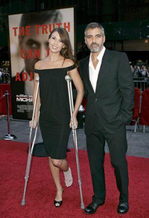 George Clooney su novia, de estreno en estreno tras su accidente de moto