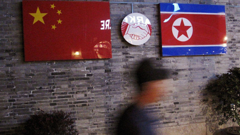 Banderas de China y Corea del Norte en un restaurante coreano en Ningbo, cerca de la frontera entre ambos países, en abril de 2016. (Reuters)