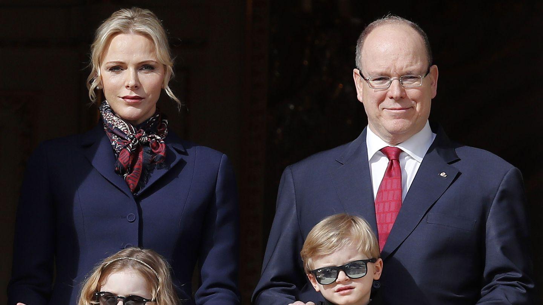 Alberto y Charlène de Mónaco, con sus hijos en las celebraciones de Santa Devota. (EFE)