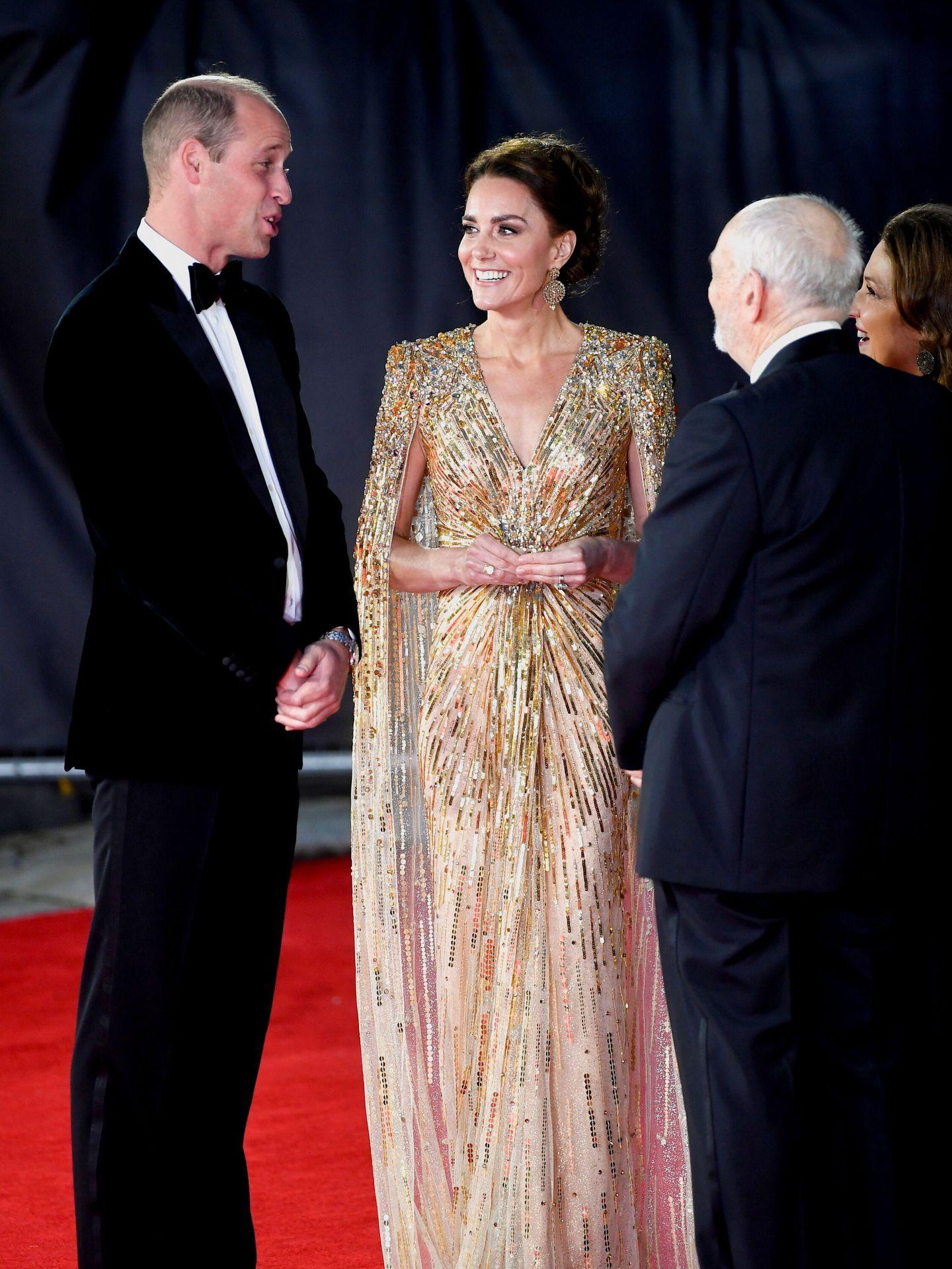 Kate Middleton y el príncipe Guillermo, en el estreno mundial de la última película de 007. (Reuters)