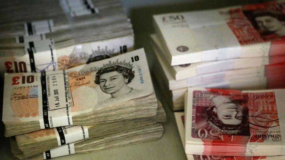 Foto: Montones de billetes de 10 y 50 libras. (Reuters)