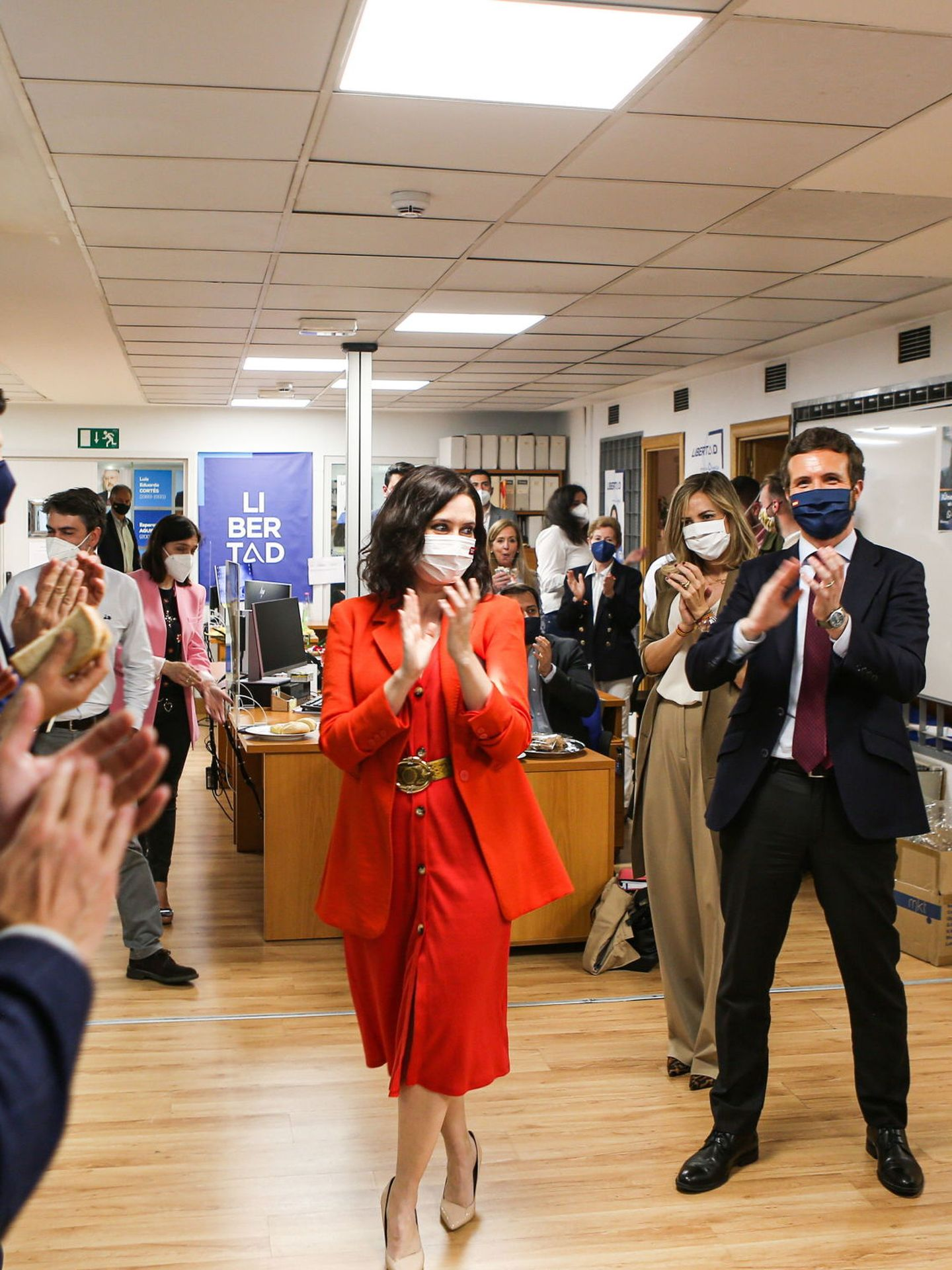 Isabel Díaz Ayuso con el vestido de Zara el día de su victoria electoral. (EFE)