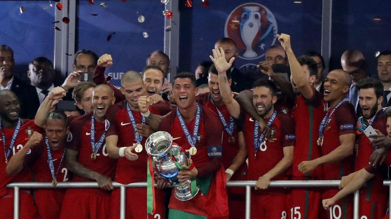 Cristiano, tras recibir la Eurocopa de manos de Villar. (Reuters)