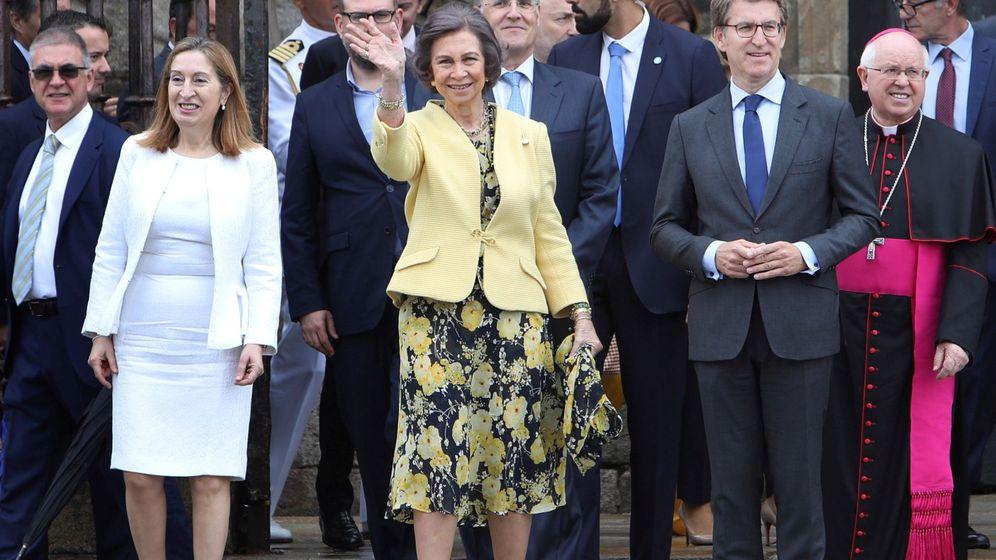Foto: Ana Pastor, la reina Sofía y Núñez Feijóo, en la catedral de Santiago. (EFE)
