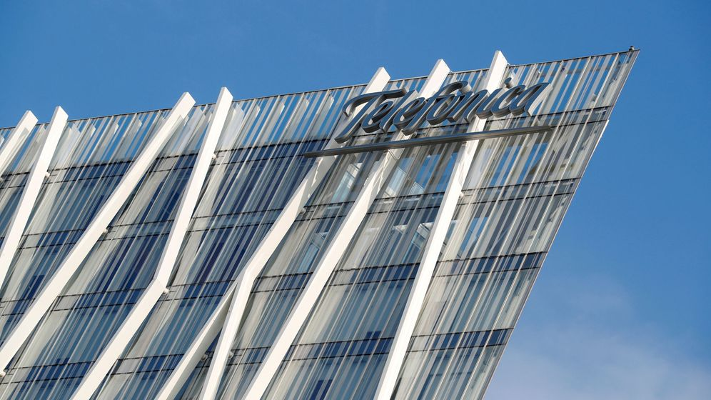 Foto: Un edificio con el cartel de Telefónica. (EFE)