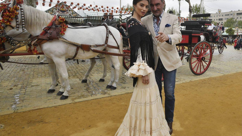 Carlos Herrera ejerce de padre orgulloso (y protector) en la Feria de Abril