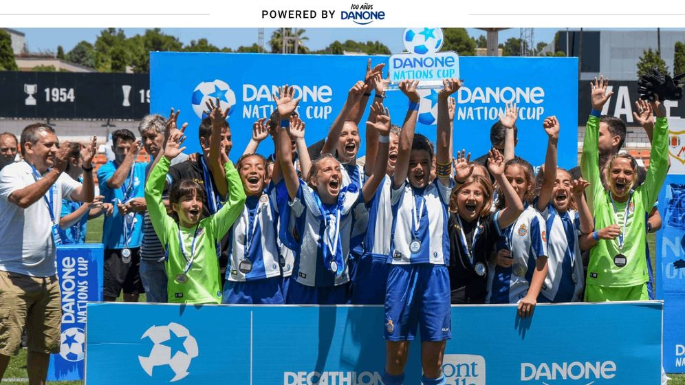 Foto: El RCD Espanyol femenino celebrando la victoria en la Final Nacional de la DNC (Danone).
