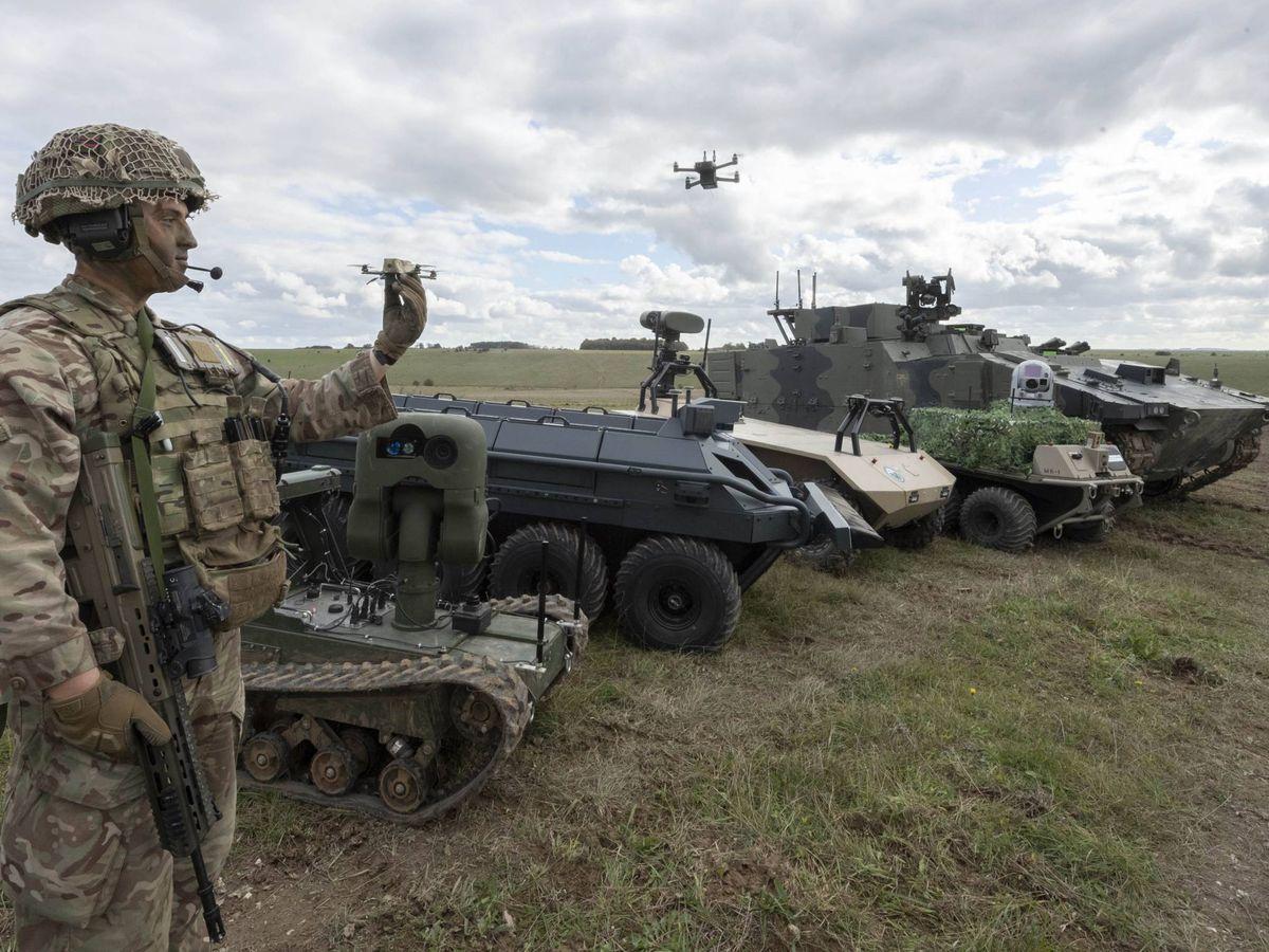Foto: Soldados con algunos vehículos blindados. (Foto: MOD)