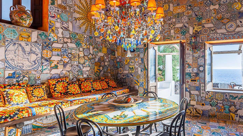 Comedor con azulejos de cerámica de la villa de D&G. (Foto de Lionard Luxury Real Estate)