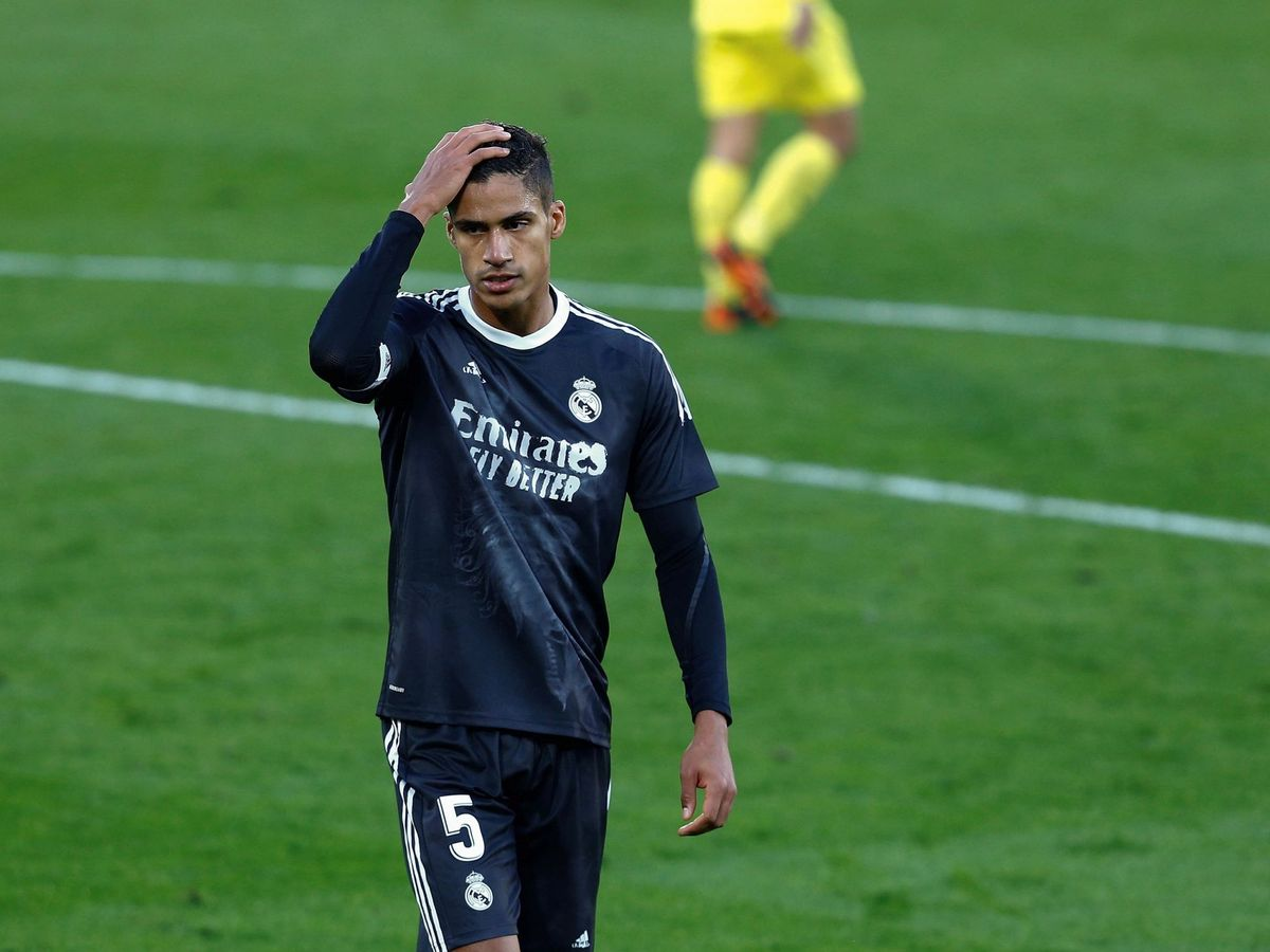 Foto: Raphael Varane se lamenta en el partido contra el Villarreal en La Cerámica. (Efe)