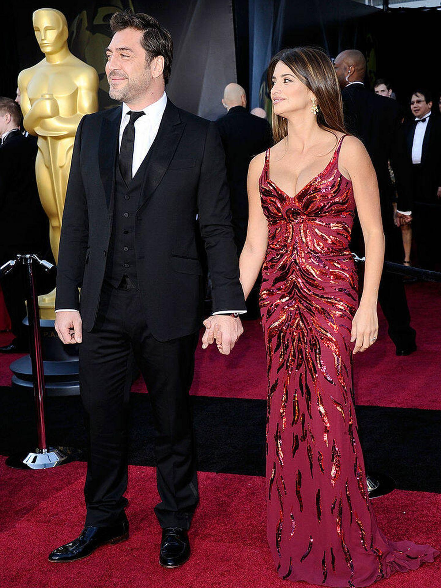Javier Bardem y Penelope Cruz llegan a la ceremonia de entrega de los Oscar en 2011. (Getty)