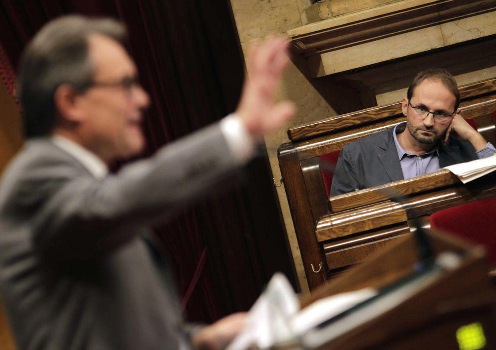 Foto: El presidente del grupo parlamentario de ICV- EUiA, Joan Herrera, escucha la réplica a su intervención del presidente Artur Mas. (EFE)