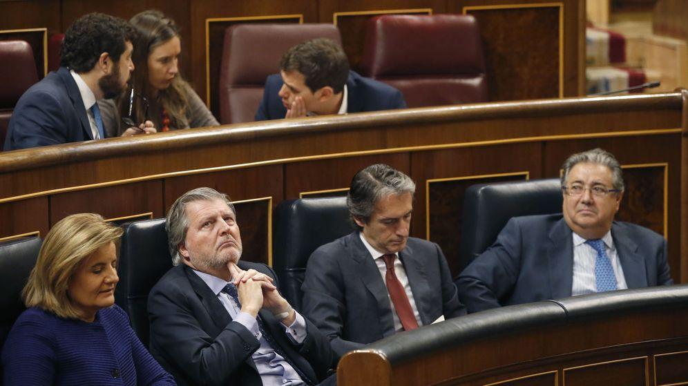 Foto: Los ministros Fátima Báñez, Iñigo Méndez de Vigo, Íñigo de la Serna y Juan Ignacio Zoido. Detrás, la bancada de Ciudadanos. (EFE)