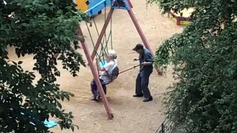 Foto: El anciano tuvo que usar la muleta para poder empujar a su esposa (Foto: Tik Tok)