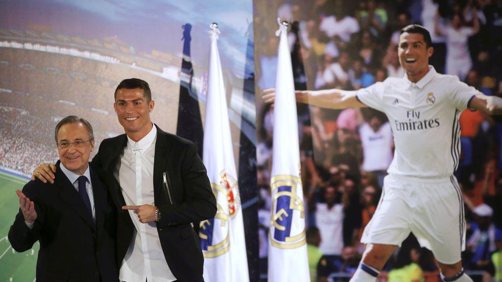 Foto: Cristiano, junto a Florentino Pérez, tras su última renovación con el Real Madrid. (Reuters)
