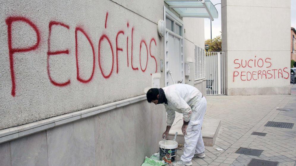 Foto: Aparecen pintadas con acusaciones de pedofilia en la parroquia San Juan María Vianney de Granada. (EFE)