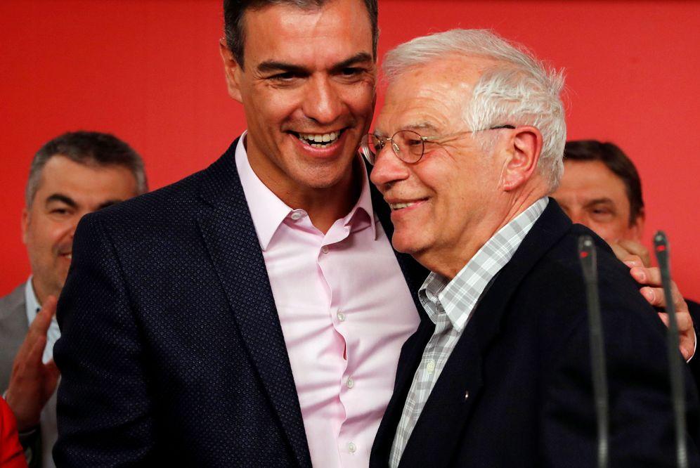 Foto: Pedro Sánchez, con Josep Borrell, en la noche electoral de este 26-M, en Ferraz. (Reuters)