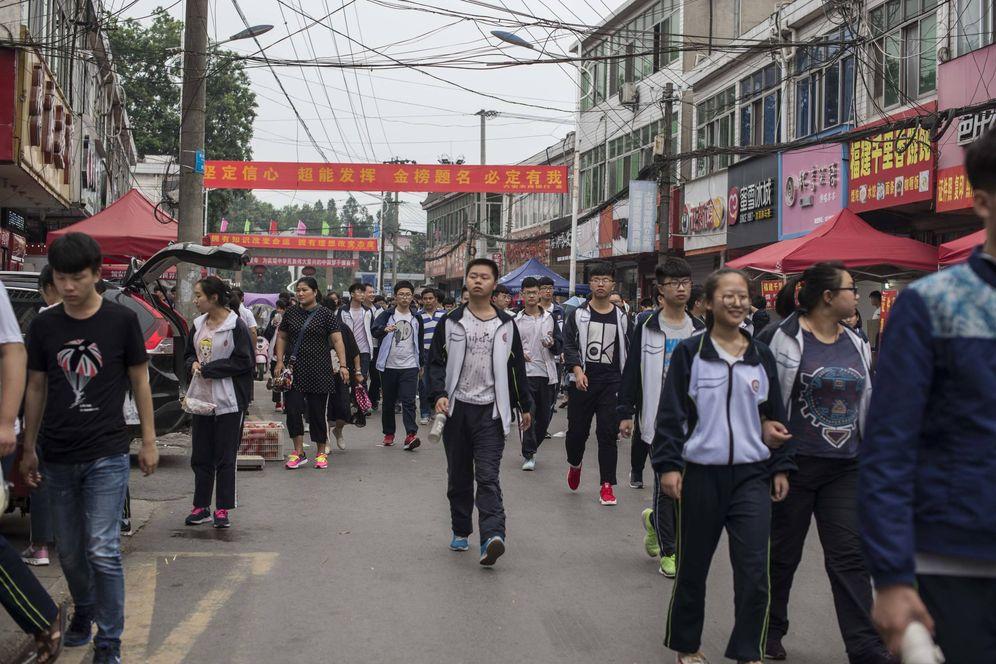 """Foto: Estudiantes chinos en Maotanchang, donde viven 20.000 jóvenes que se preparan para el """"gaokao"""". (Foto: Lola García Ajofrín)"""