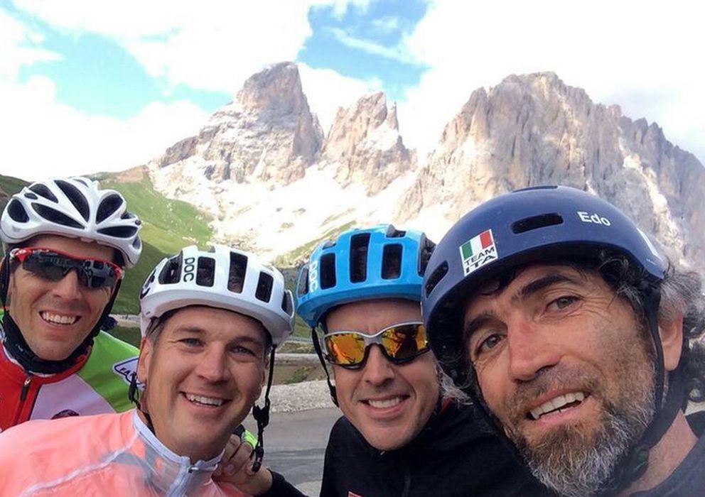 Foto: Alonso junto a sus compañeros de bici (Twitter)