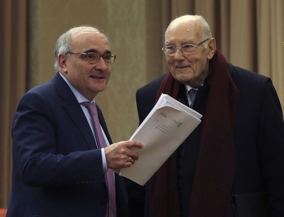 Foto: El presidente del Consejo de Estado, José Manuel Romay Beccaría (d), y el director del Centro de Estudios Políticos y Constitucionales, Benigno Pendás, este 17 de enero en el Congreso. (EFE)
