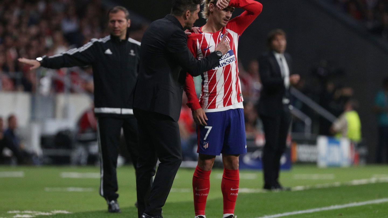 Simeone da instrucciones a Griezmann en el Wanda Metropolitano durante el partido ante el Chelsea. (Reuters)