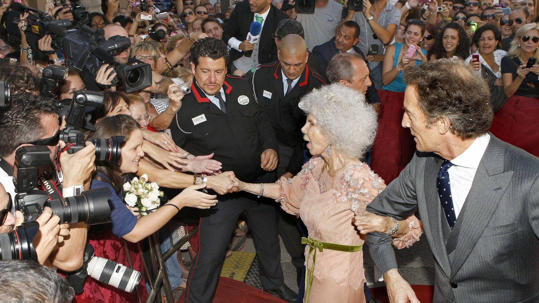 La duquesa de Alba junto a Alfonso Diez Carabantes, tras contraer matrimonio. (EFE)