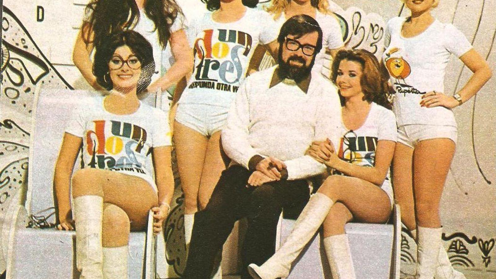 Foto: El creador del 'Un, dos, tres..', Narciso Ibañez Serrador, posa junto a las azafatas del programa.