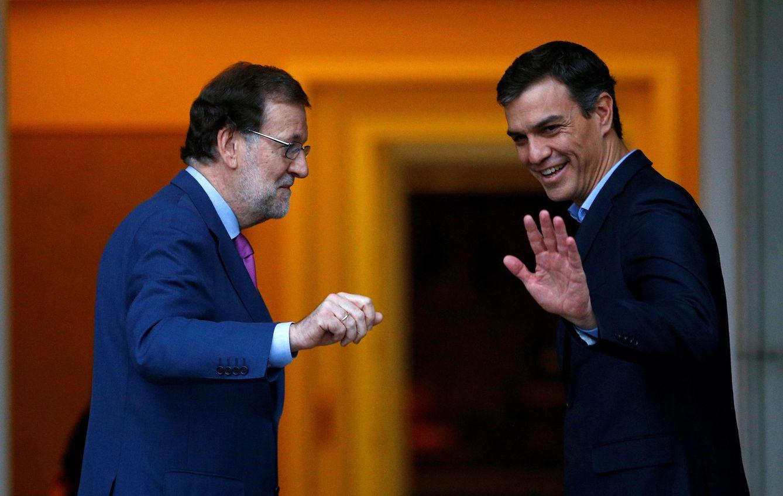 Foto: Mariano Rajoy y Pedro Sánchez posan para los fotógrafos en las escalinatas de La Moncloa antes de su reunión, este 6 de julio. (Reuters)