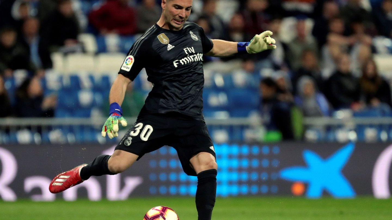 Luca golpea el balón durante el partido con el Huesca. (Efe)