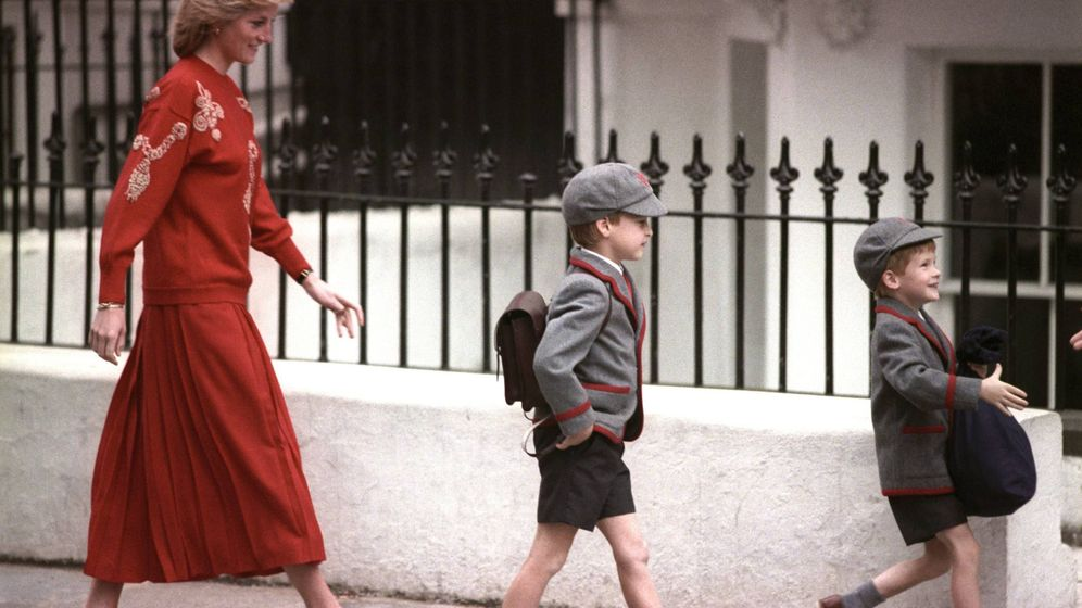 Foto: Diana, junto a Harry y Guillermo durante el primer día de colegio de su hijo mayor. (Cordon Press)