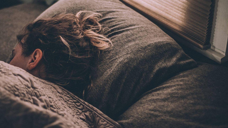 Dormir con el cabello húmedo. (Unsplash)
