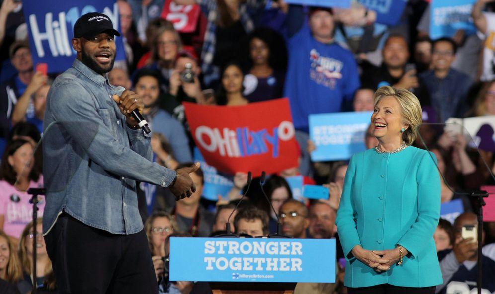 Foto: LeBron James fue el encargado de introducir a Hillary Clinton en el mítin de este domingo en Cleveland (Carlos Barria/Reuters)
