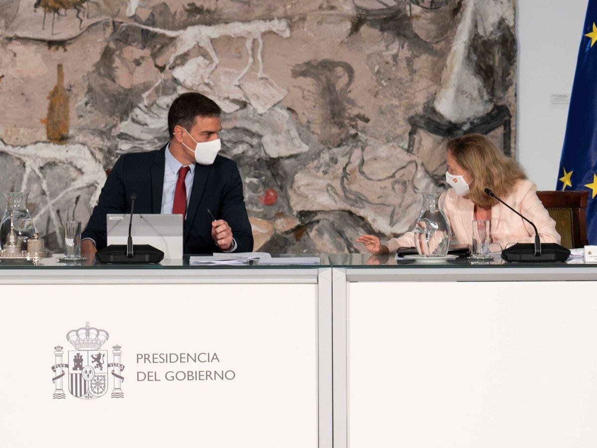 Foto: El presidente del Gobierno, Pedro Sánchez (i), preside el Consejo de Ministros este martes en el palacio de la Moncloa junto a la vicepresidenta segunda del Gobierno y ministra de Asuntos Económicos y Transformación Digital, Nadia Calviño. (EFE)