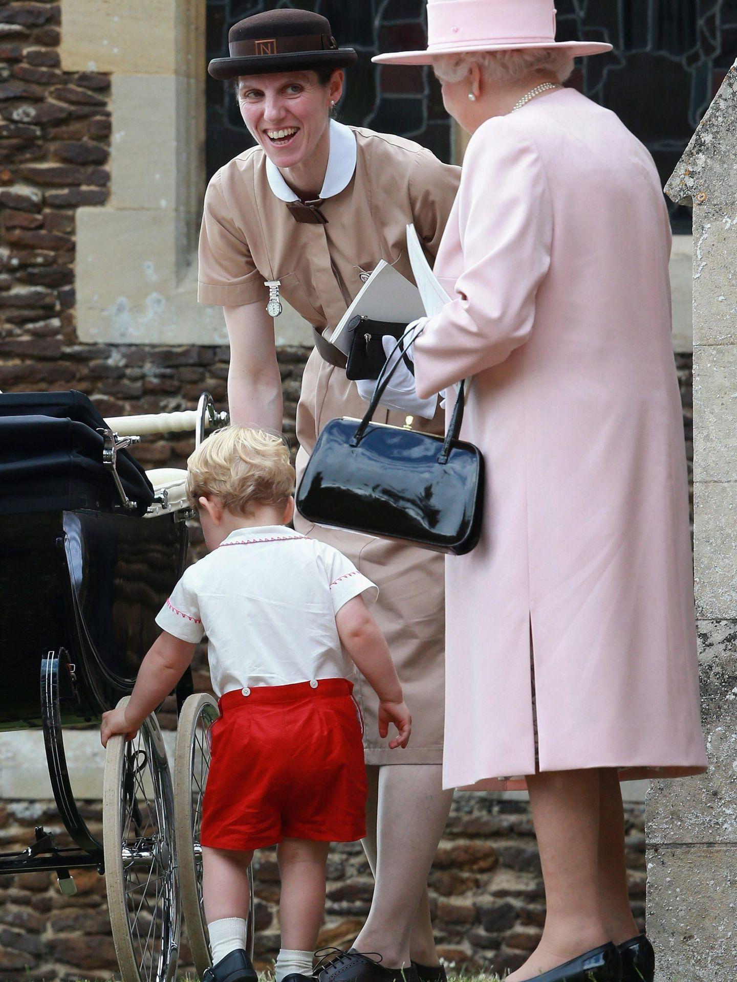 María Teresa Turrión y la reina Isabel durante el bautizo de Charlotte de Cambridge. (Cordon Press)