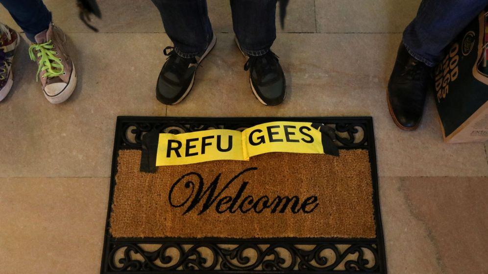 Foto: Un felpudo donde se puede leer 'Refugees Welcome' | Reuters