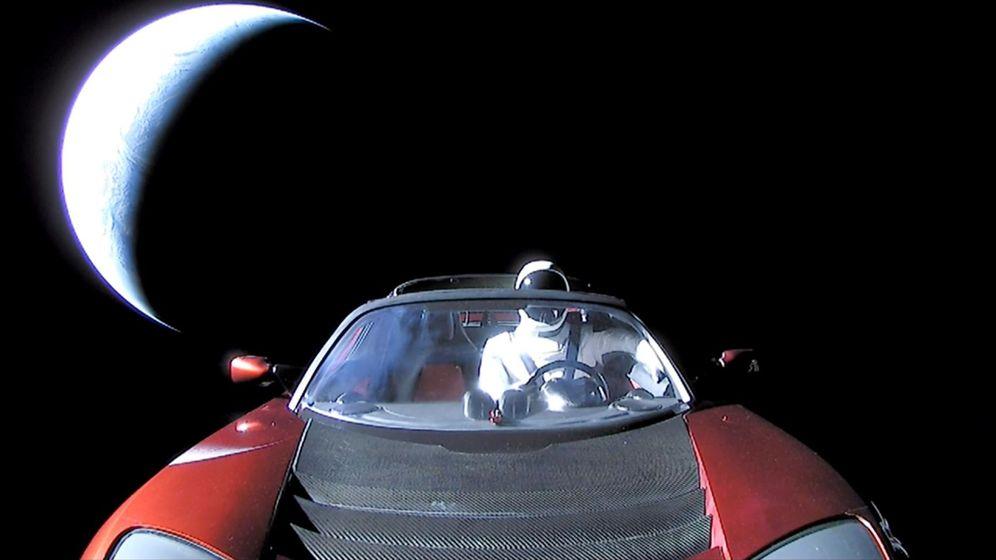 Foto: El Tesla de Elon Musk, surcando el espacio exterior. (EFE)