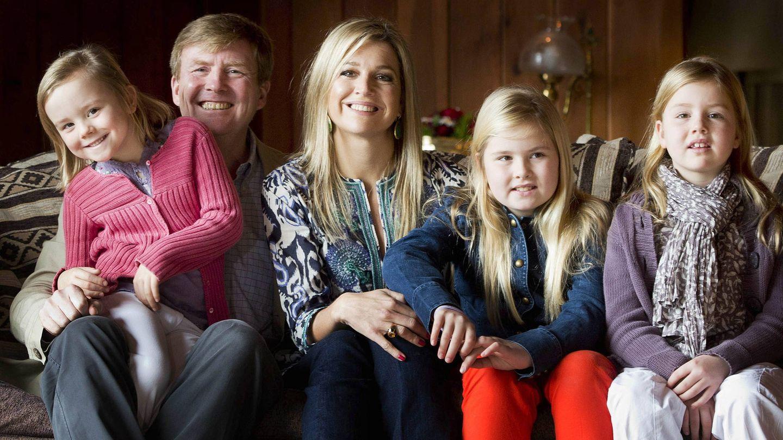 Los reyes con sus hijas, posando en 2012 en Argentina. (EFE)