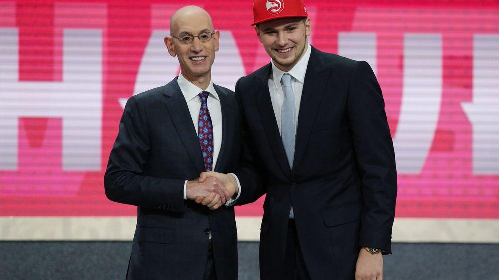 Foto: Luka Doncic posa con el comisiionado de la NBA, Adam Silver, tras ser elegido en el 'draft' d ela NBA. (Reuters)